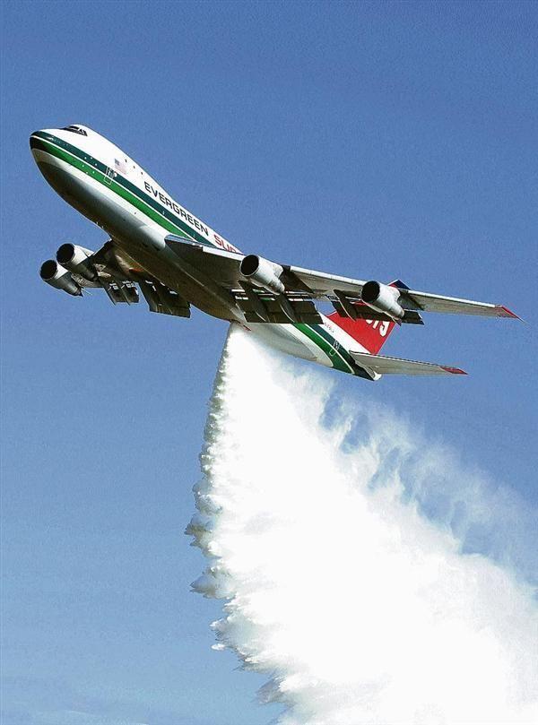 avion bombardier eau